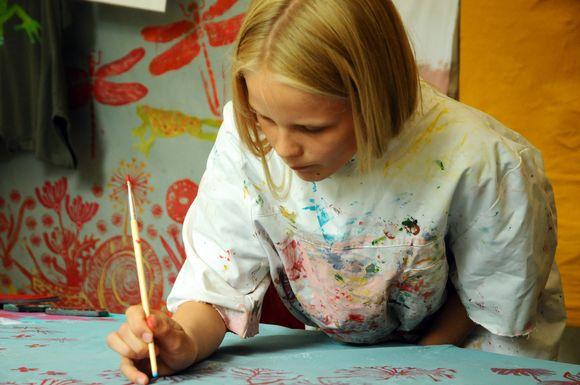 Kinder aus Kiel und Umgebung greifen jetzt zum Pinsel, um ihr Bild für die Spiellinie zu malen.